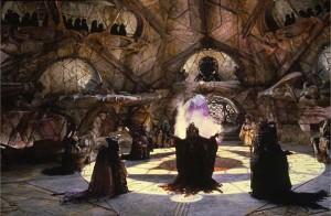 Les Skeksès devant le crystal dans Dark crystal © 2013 THE JIM HENSON COMPANY. ALL RIGHTS RESERVED.
