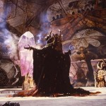 SkekZok le maître du rituel devant le crystal dans Dark crystal © 2013 THE JIM HENSON COMPANY. ALL RIGHTS RESERVED.