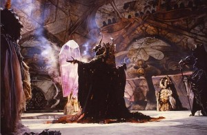 SkekZok le maître du rituel devant le crystal dans Dark crystal © 2013 THE JIM HENSON COMPANY. ALL RIGHTS RESERVED.