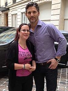 Notre rédactrice Olivia et l'acteur Eric Bana