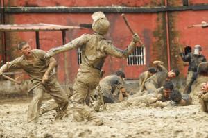 the raid 2 - tout commence par une bonne baston dans la boue de la prison
